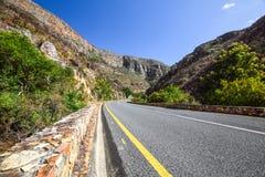 Härlig sikt av vägen R324 mellan Barrydale och Swellendam i Sydafrika Royaltyfria Bilder