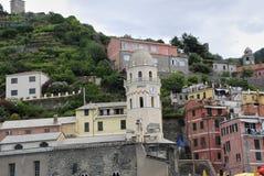 Härlig sikt av Vernazza Är en av fem berömda färgrika byar av Cinque Terre National Park i Italien, inställda royaltyfri foto