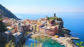 Härlig sikt av Vernazza från över En av fem berömda färgrika byar av Cinque Terre National Park i Italien långsamt lager videofilmer