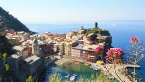 Härlig sikt av Vernazza från över En av fem berömda färgrika byar av Cinque Terre National Park i Italien långsamt arkivfilmer