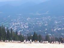 Härlig sikt av Zakopane och polermedelTatra berg Arkivfoton