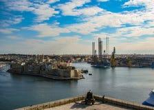 Härlig sikt från övreBarrakka trädgårdar av att salutera batteriet och den storslagna hamnen av Valletta, Malta, Europa arkivfoton
