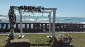 Härlig sikt från altaret av ett bröllop royaltyfri bild