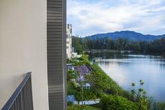 Härlig sikt från balkongen av lagun och hotelljordningen Arkivbilder