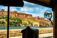 Härlig sikt från cockpiten av tuk-tuk på Amber Fort, Jaipur arkivfoton