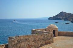 Härlig sikt från den historiska Spinalonga fästningen i Grekland Arkivfoto