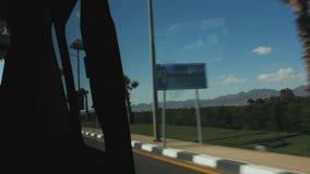 Härlig sikt från fönstret av en rörande bil tropisk liggande lager videofilmer