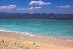 Härlig sikt från Gili Islands över turkoshavet till Lombok Arkivbilder