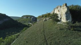 Härlig sikt från gröna klippor på en dal under blå himmel skjutit underbar liggande stock video