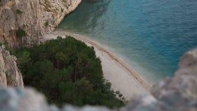 Härlig sikt från höjden av Adriatiskt havet Kroatien vinkar och vaggar lager videofilmer