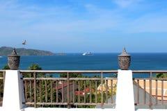 Härlig sikt från hotellet på havet i Thailand royaltyfri foto
