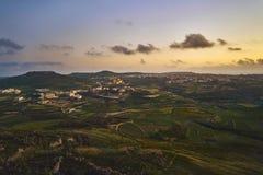 Härlig sikt från kullen på solnedgången arkivfoto