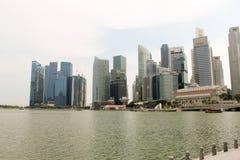 Härlig sikt från marinafjärden i Singapore med fjärden som främre sikt Royaltyfri Foto