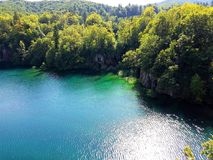 Härlig sikt från ovannämnt till Plitvice den blåa vattenfärgen för sjö och för skog, Kroatien Över sjön Arkivbilder