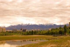 Härlig sikt från staden av Almaty royaltyfria foton