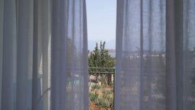 Härlig sikt från terrassen till fjärden till och med gardinerna Vind som blåser gardinförehavanden 4K stock video