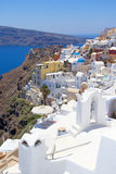 Härlig sikt i den Oia byn på ön av Santorini Royaltyfri Bild