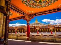 Härlig sikt i den tibetana buddisten Yarchen Gar Monastery Royaltyfri Fotografi