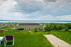Härlig sikt i en parkera - wellnesshotell med molnig himmel Arkivbilder
