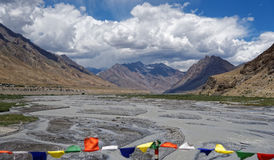 Härlig sikt med River Valley och berg Arkivbilder