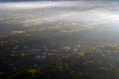 Härlig sikt med surrflyg ovanför dimma royaltyfria foton