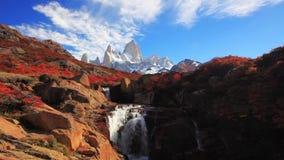 Härlig sikt med vattenfallet och det Fitz Roy berget patagonia lager videofilmer