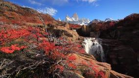 Härlig sikt med vattenfallet och det Fitz Roy berget patagonia stock video