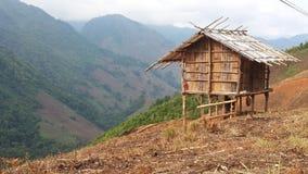 Härlig sikt och liten koja i berget Arkivfoton