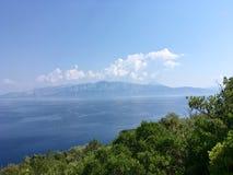 Härlig sikt på bergen på den angränsande ön royaltyfri bild