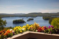 Härlig sikt på bergsjön från balkong med guling Royaltyfria Foton