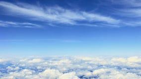 Härlig sikt på blå himmel och moln från flygplanet lager videofilmer