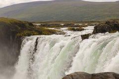 Härlig sikt på den icelandic vattenfallet i Island goddafoss arkivbild
