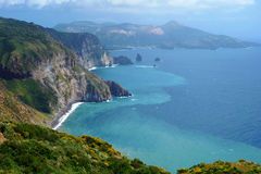 Härlig sikt på den Vulcano ön från den Lipari ön, Italien Royaltyfri Bild
