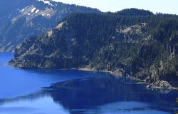 Härlig sikt på krater sjön och trollkarlön royaltyfri foto