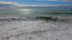 Härlig sikt på kusten med vågor stock video