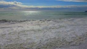 Härlig sikt på kusten med vågor lager videofilmer