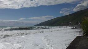 Härlig sikt på kusten med vågor arkivfilmer
