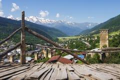 Härlig sikt på Mestia, Georgia Landskap av huvudstad av den georgian Svaneti regionen med torn på berg och blå himmel Arkivfoton