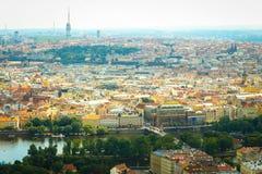 Härlig sikt på Prague i Tjeckien med den flödande floden Vltava och med det Zizkov televisiontornet i bakgrund royaltyfri fotografi