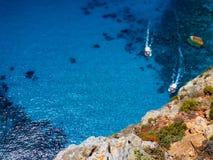 Härlig sikt på två touristic fartyg som går att slösa grottarever i blått vatten för Ionian hav Sightpunkt Två fartyg Grekland Is Royaltyfri Fotografi