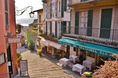 Härlig sikt till Bellagio den berömda kommersiella gatan i en solig dag för vår ke Como på Bellagio arkivfoto