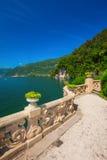Härlig sikt till Como och fjällängar från villan Balbianello, Italien arkivfoton