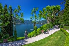 Härlig sikt till Como sjön och fjällängar från villan Balbianello, Italien Royaltyfri Bild