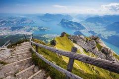 Härlig sikt till Lucerne sjön (Vierwaldstattersee), berg Ri Royaltyfria Foton