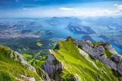 Härlig sikt till Lucerne sjön (Vierwaldstattersee), berg Ri Royaltyfri Foto