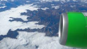 Härlig sikt till och med flygplanfönster, flygplanflyg ovanför molnen och berg lager videofilmer