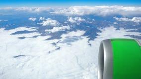 Härlig sikt till och med flygplanfönster, flygplanflyg ovanför molnen och berg stock video