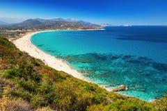 Härlig sikt till Plage de Lozari nära Lile Rousse på Korsika arkivbilder