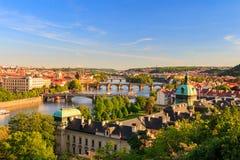Härlig sikt till Vltava och broar i Prague, Tjeckien Royaltyfri Foto