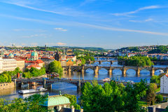Härlig sikt till Vltava och broar i Prague, Tjeckien Royaltyfri Bild